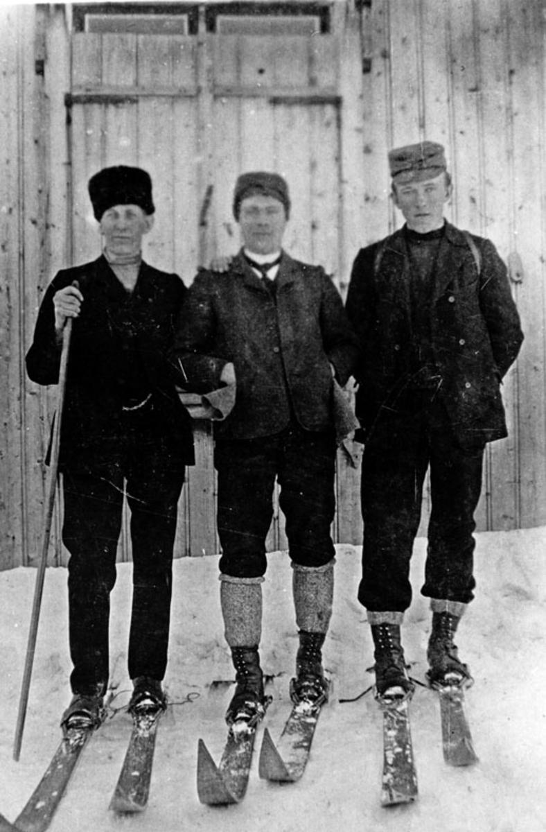 Tre mann på ski.