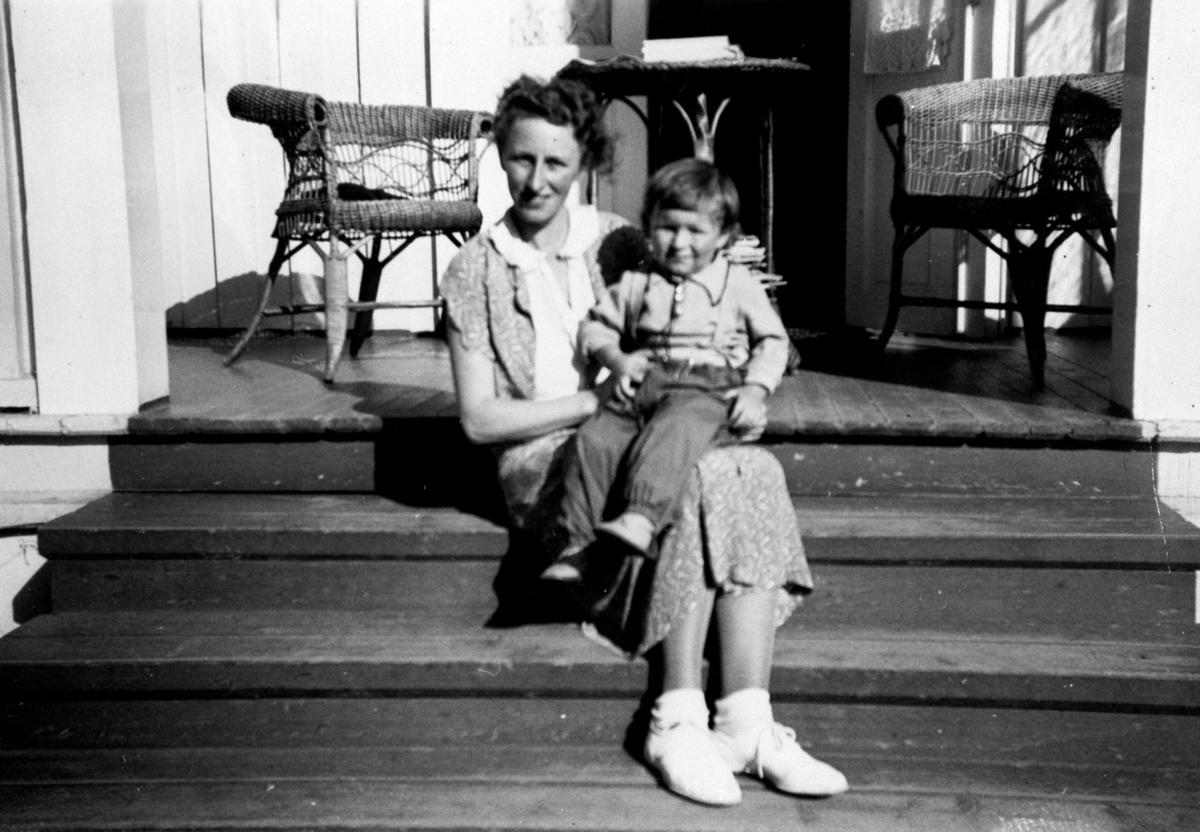 Mor og sønn på trappen til sanitetslegens hus, Gardermoen