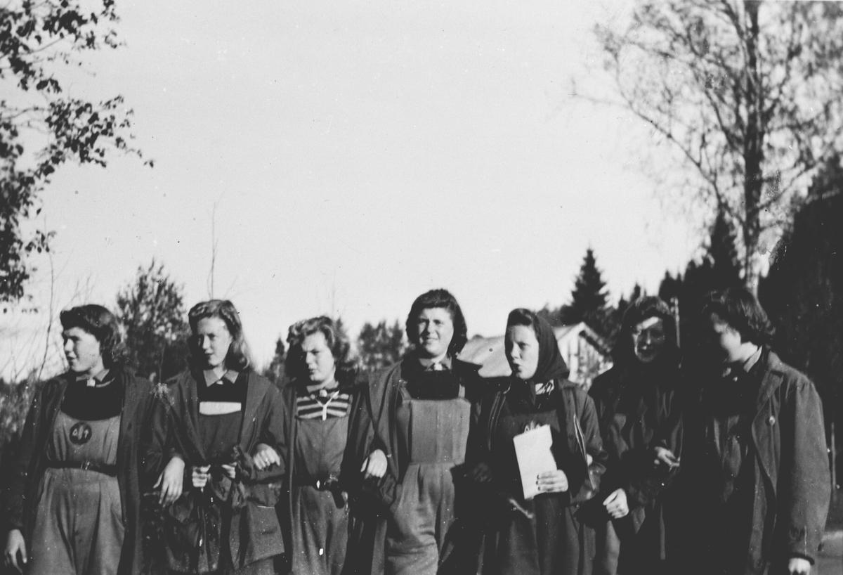 7 jenter fra kvinnelig arbeidstjeneste. Før avmarsj til arbeidssted.