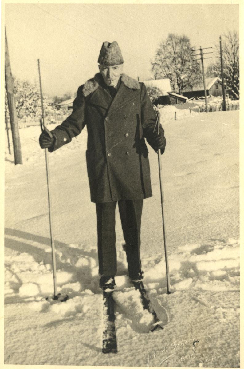 Mann på skitur. Dr Axel Thoresen på sine eldre dager. Sigarett i munnen.