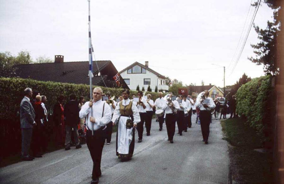 17. mai - feiring på Sagdalen skole. Korpsmusikanter og festkledde mennesker i tog gjennom Strømmen.