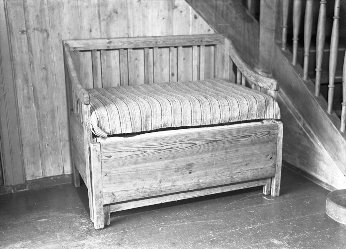 Benk til å sitte på. Kan være uttrekkbar seng.