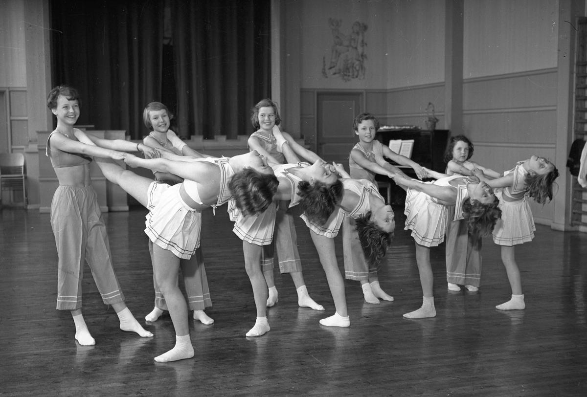 Gruppe jenter som danser.