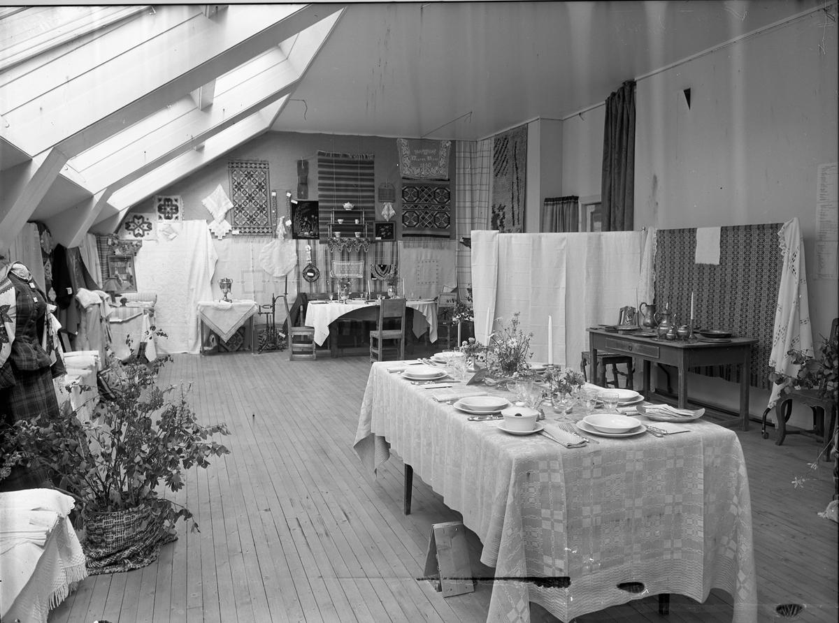 Fra Eidsvoll Bygdeutstilling i 1955. Diverse broderier og interiørprodukter.