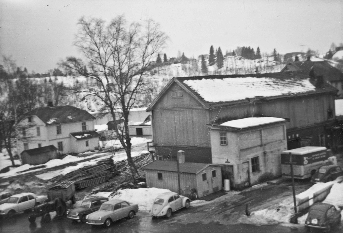 Gamle Panorama kino i 2. etasje. I underetasjen var det bilverksted. Bygningen ligger der som Eidsvoll Blad ligger i dag. Bilde fra siste halvdel av 60-tallet. Det hvite bygget til venstre er boligen til slakter Julius Karlsen
