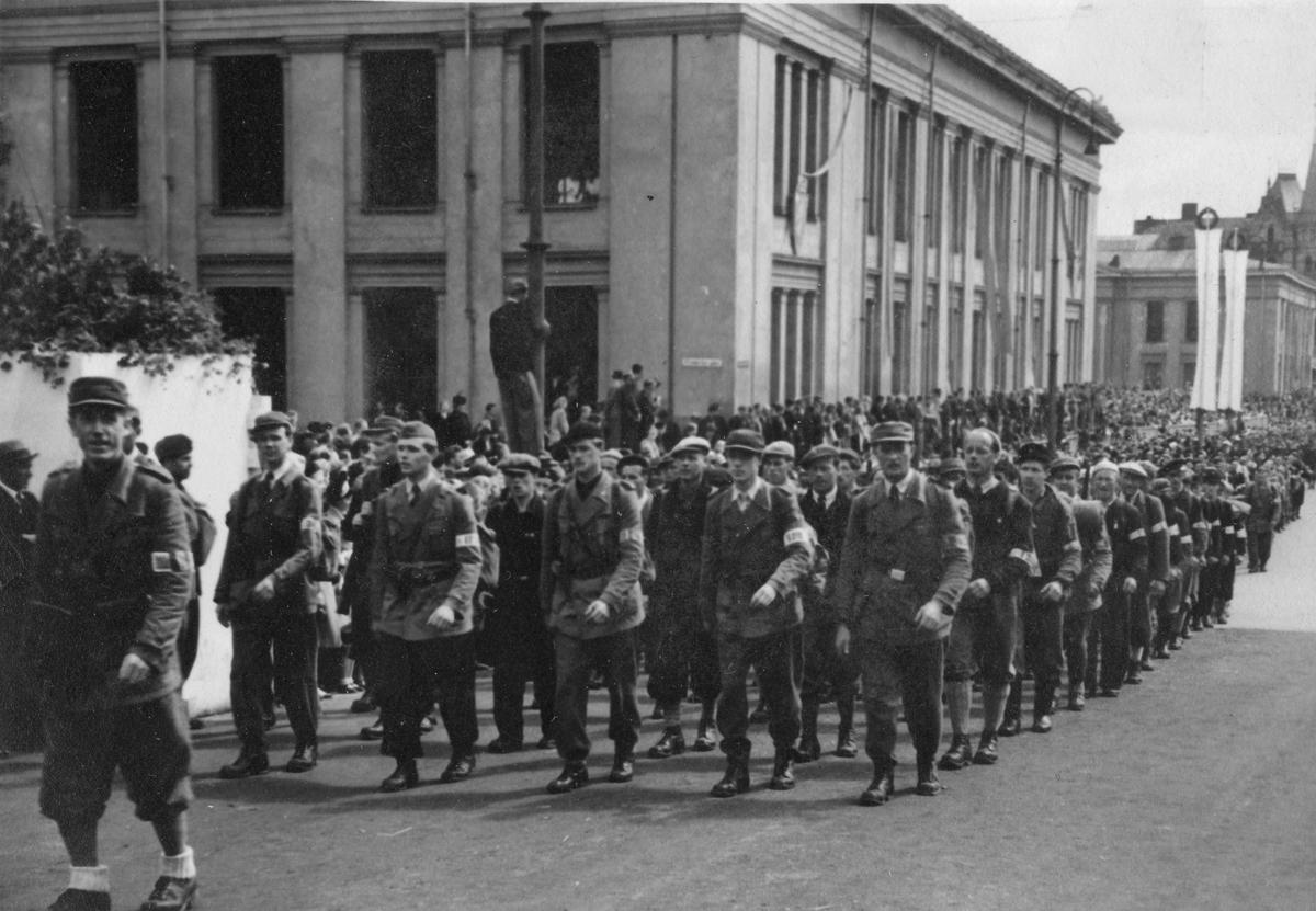 Opptog på Karl Johan i Oslo. Sommeren 1945.
