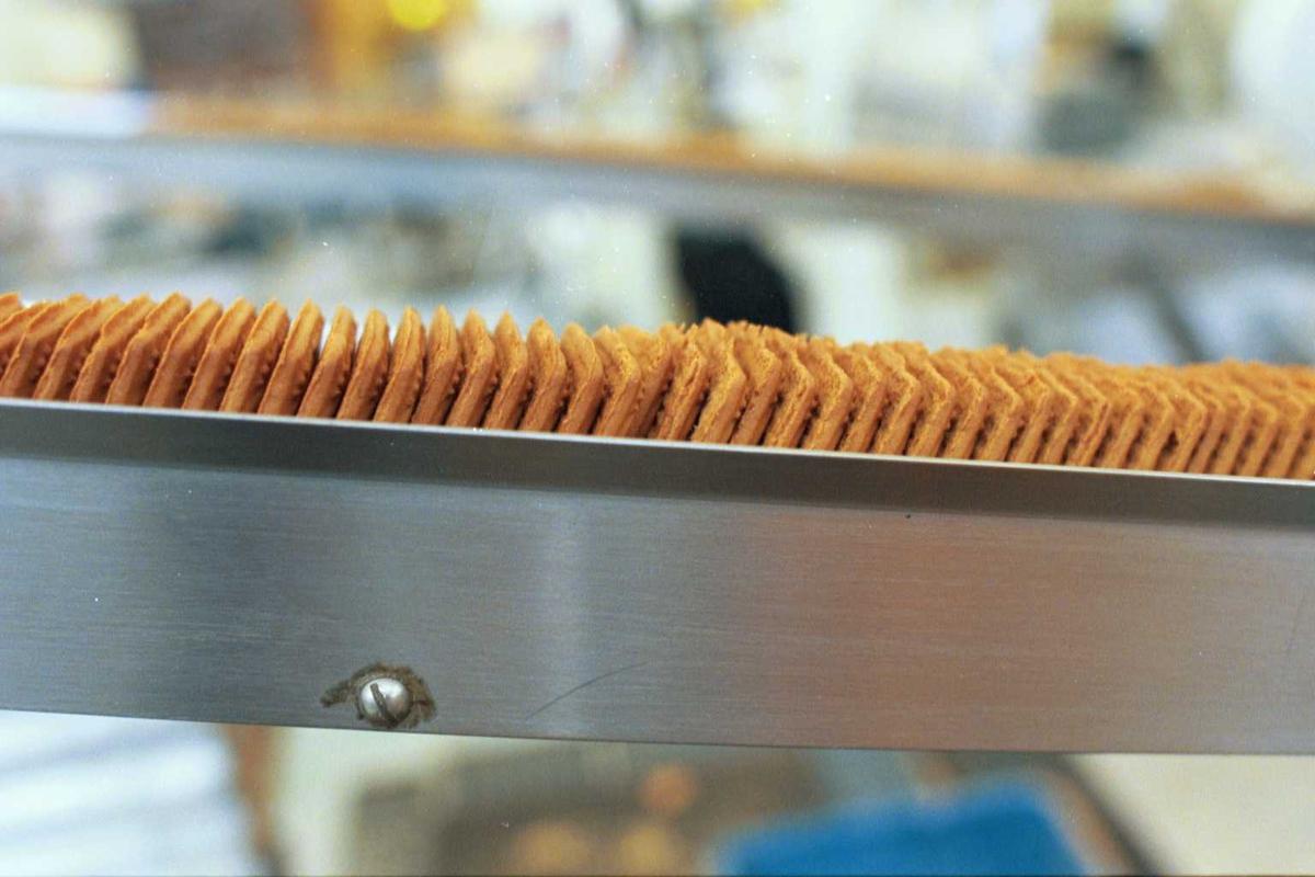 Pepitakjeks i renne på veg til smøring