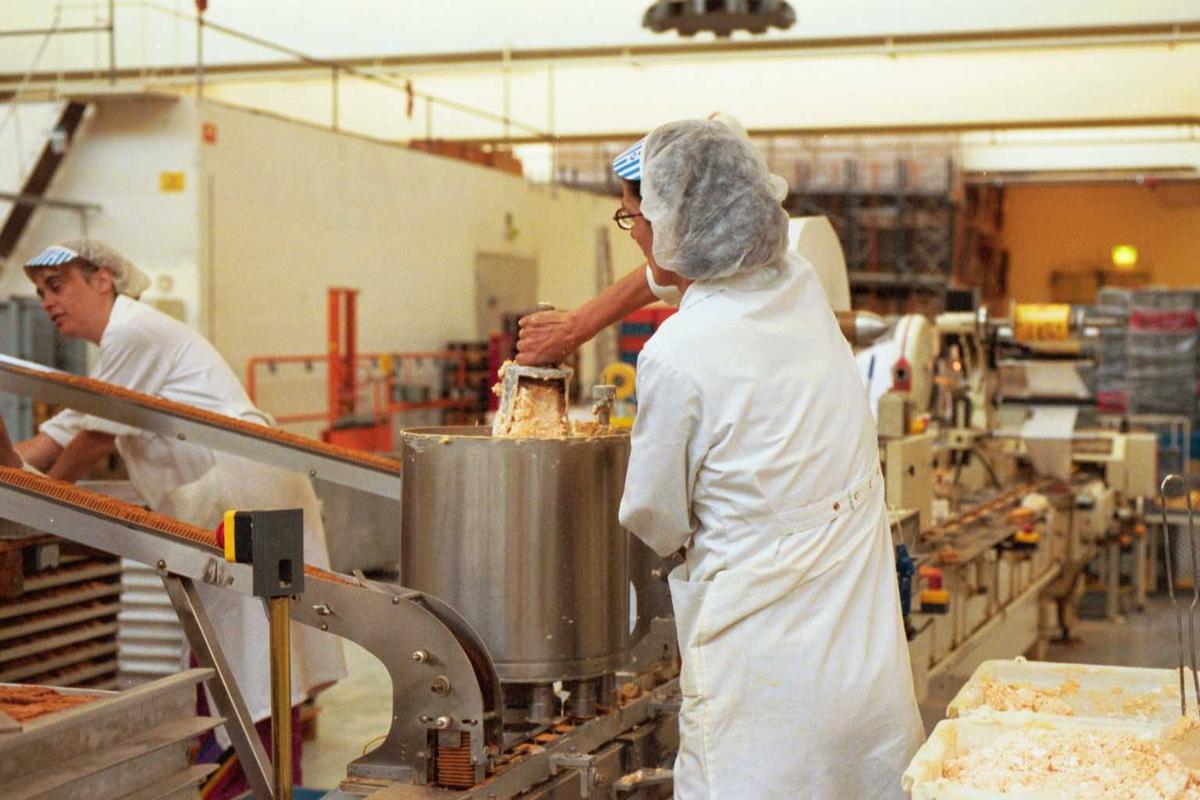 Pepitakjeks, maskiner, arbeidere, kvinner, arbeidsmiljø, arbeidstøy, fabrikkmiljø