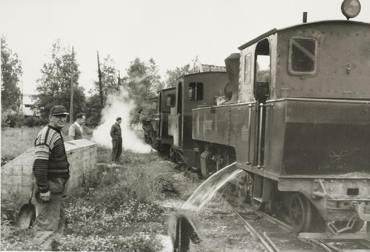 Lokomotivene tømmes for vann.