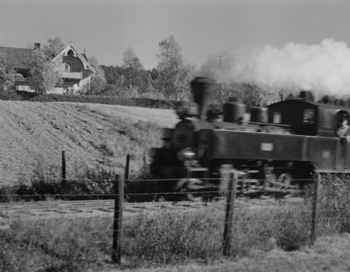 Tog retning Skulerud ved ca km 54, dvs 2 km nord for Skulerud stasjon.