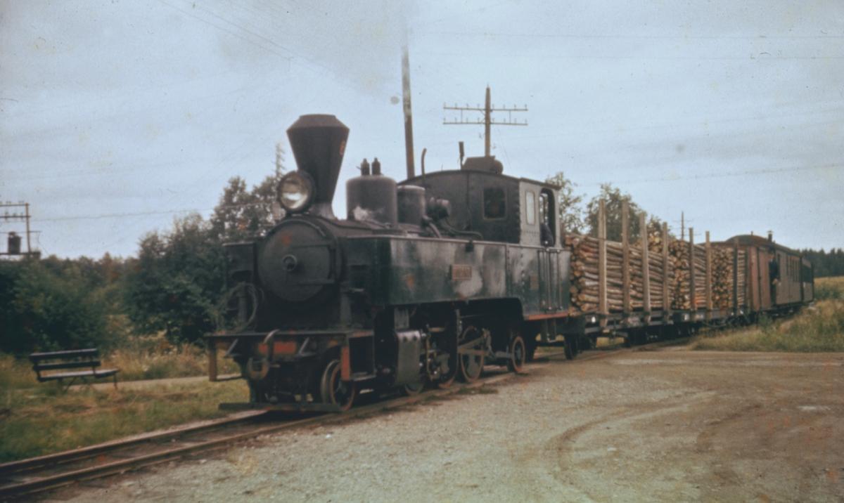 Tog 2051 til Skulerud ankommer Hemnes stasjon. De to første vognene i toget er lastet med kubb.