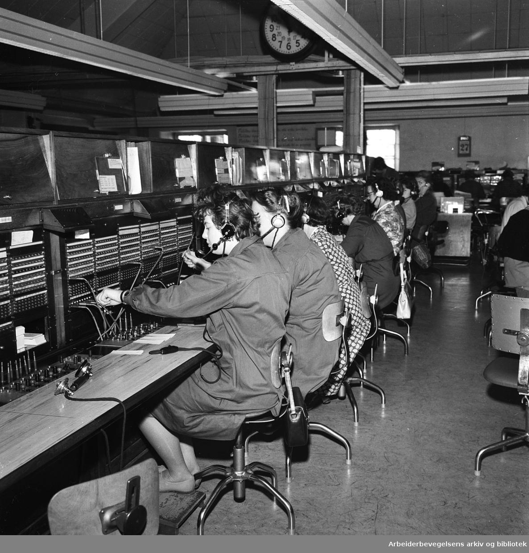 Telefonekspeditører på 04..Telefonsentral,.juni 1960