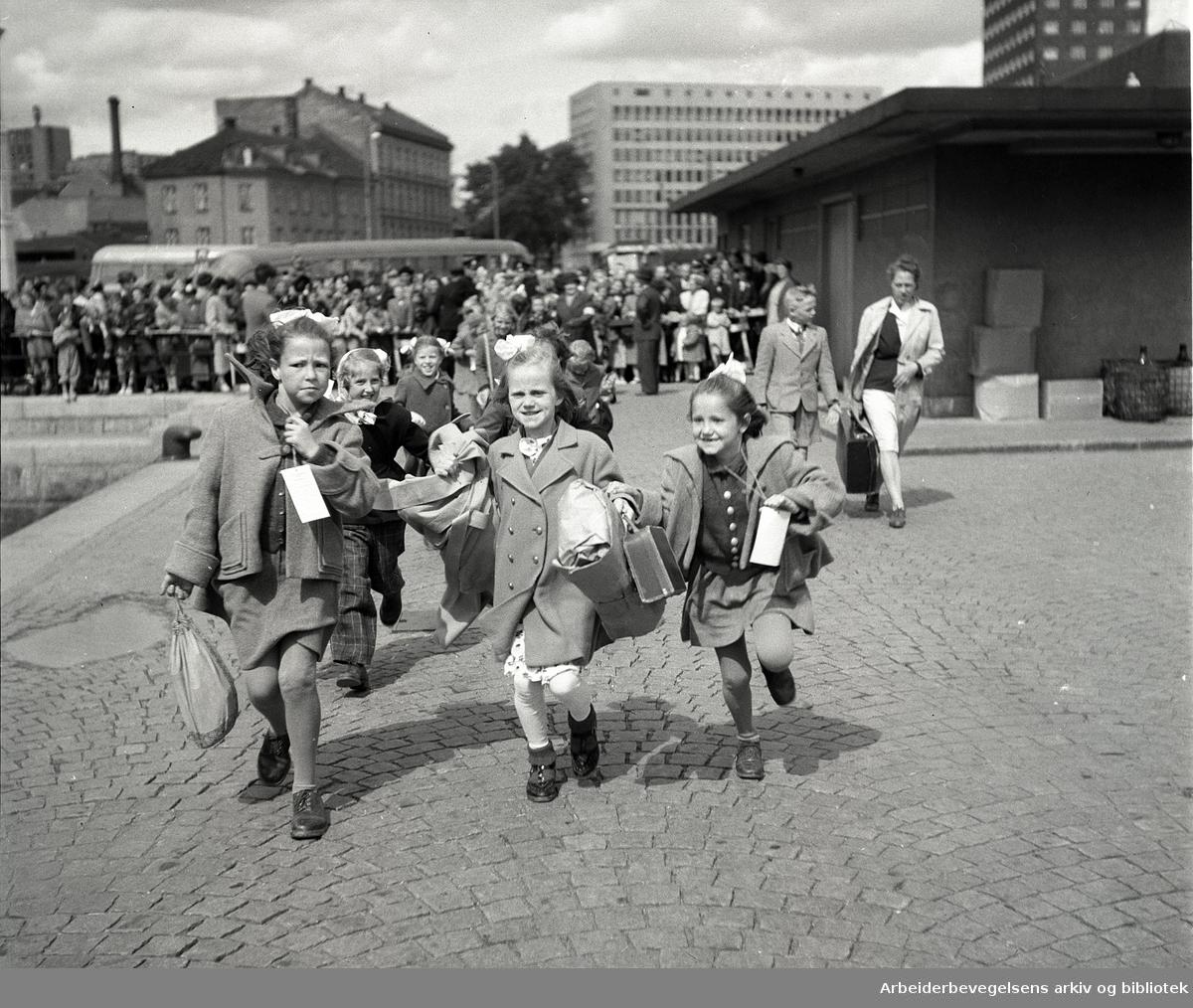Barn på Rådhusbrygga på vei til feriekoloni ved Åsgårdstrand,.juni 1950