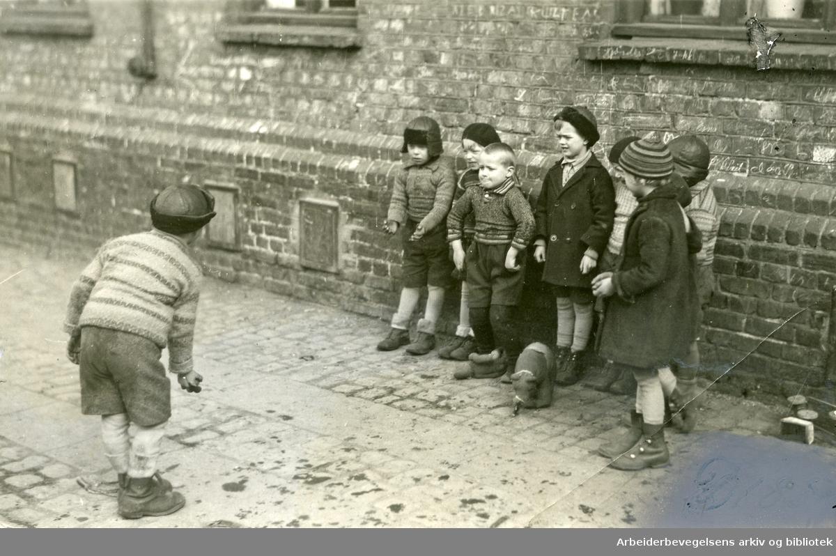 Barn leker i en bakgård på Oslo østkant,.1920-25