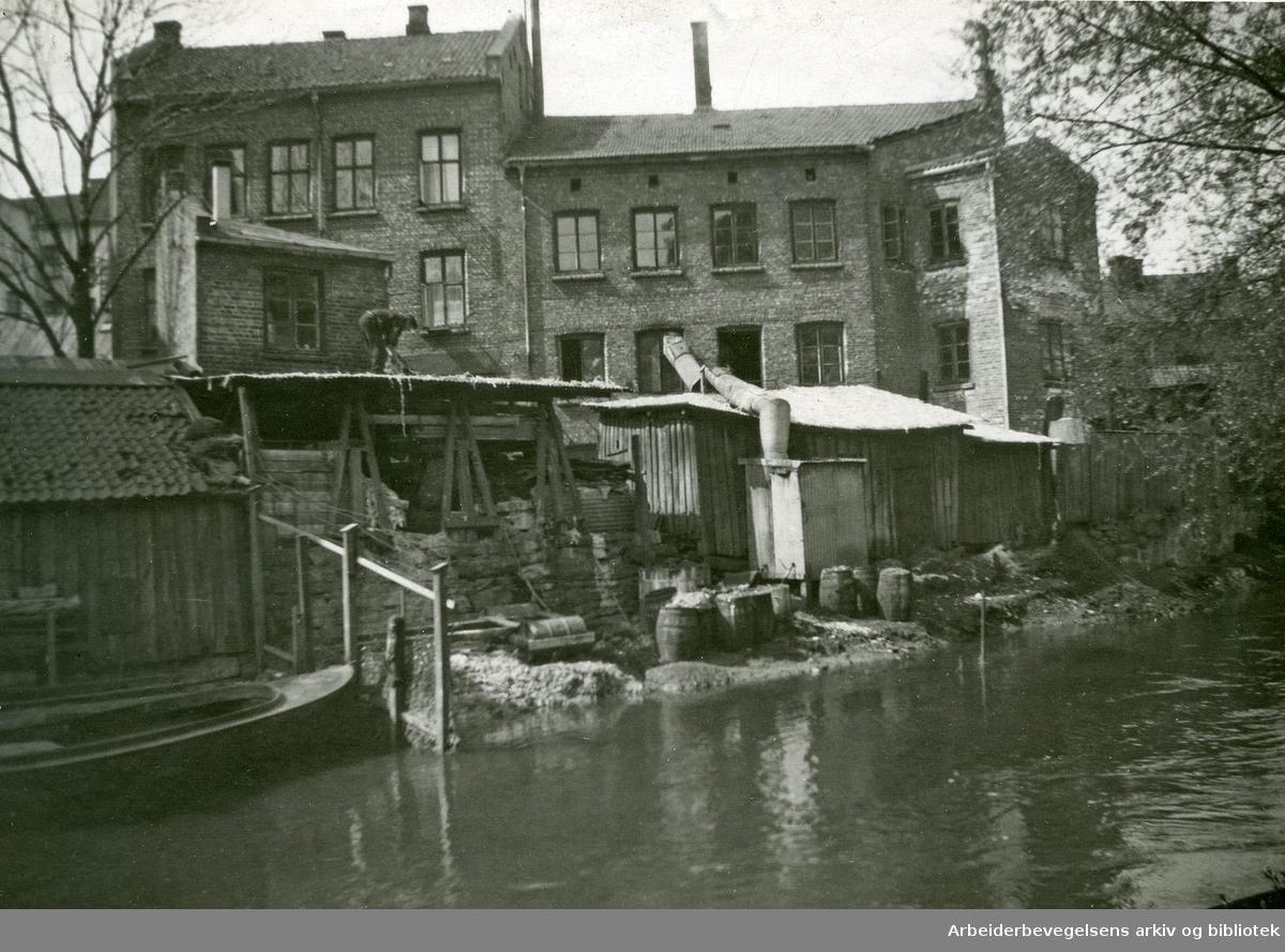 Falleferdige rønner ved Akerselva. Nedre Vaskegang 6.1950-tallet
