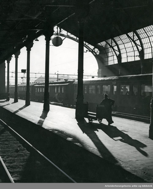 Perrong på Oslo Østbane,.begynnelsen av 1960-tallet