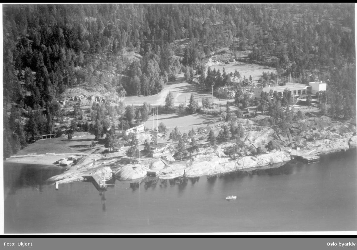 Oversiktsbilde av hele Ingierstrand bad-området med Ingierstrand restaurant. Ingierstrandveien i midten. (Flyfoto)