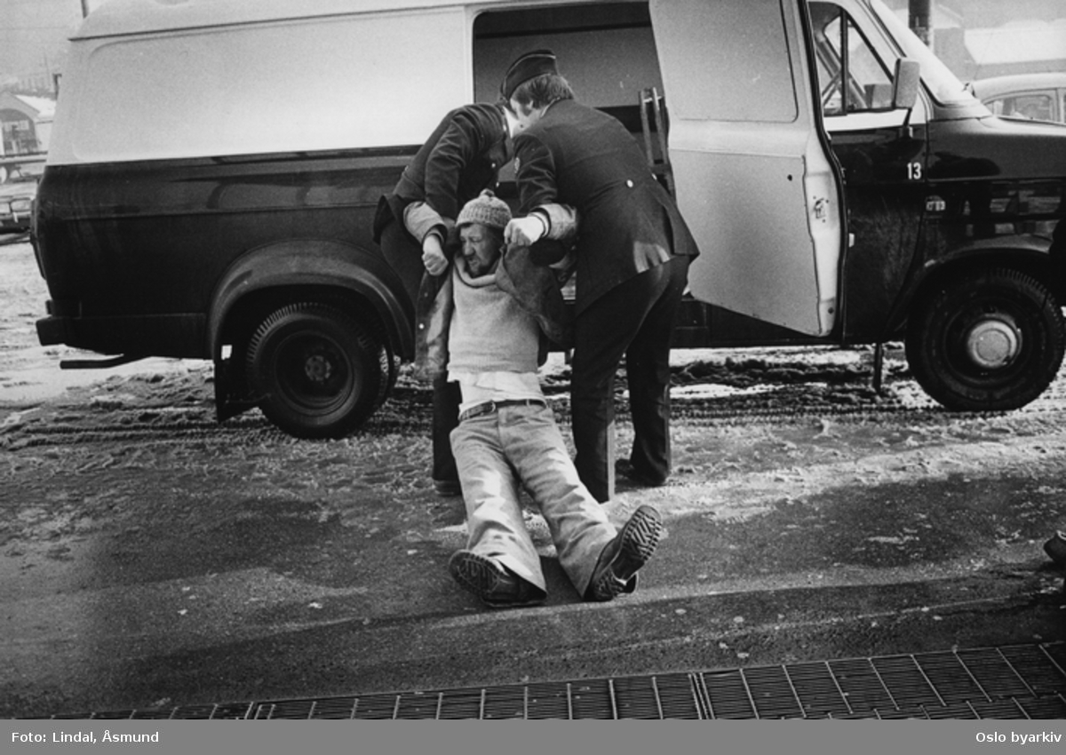 Alkoholiker blir arrestert på Grønland T-banestasjon. Uteligger. Fotografiet er fra prosjektet og boka ''Oslo-bilder. En fotografisk dokumentasjon av bo og leveforhold i 1981 - 82''. Kontakt Samfoto ved ev. bestilling av kopier.