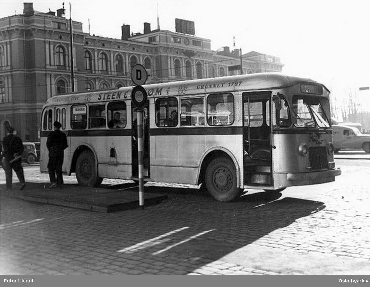 Oslo Sporveier. A-15851, dieselbuss, linje 26 ved holdeplassen på Jernbanetorget. I bakgrunnen Østbanestasjonen.