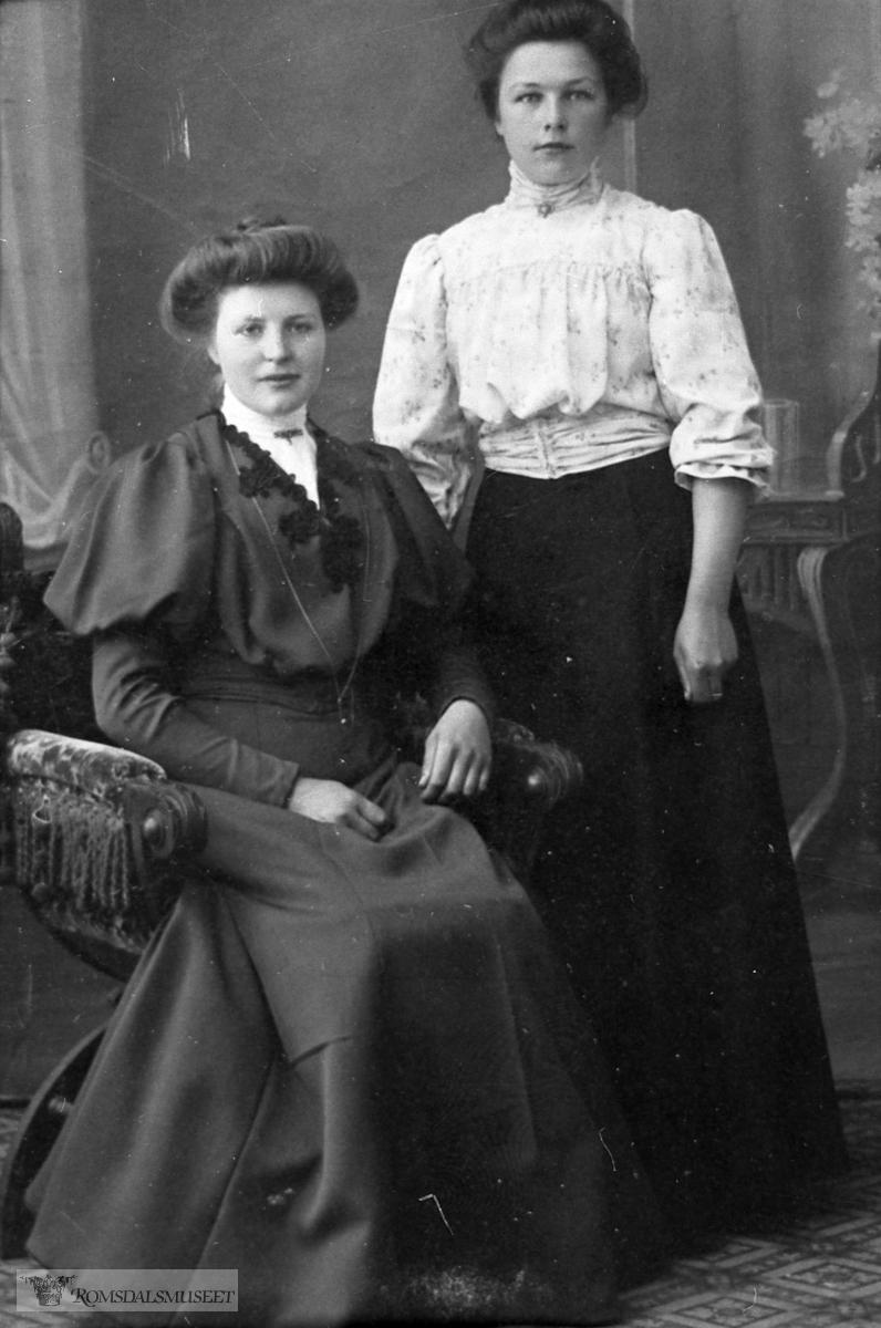 Portrett. Sofie Hansdatter Bugge f.1889, og Elen Anna Tjelle f.1889. Elen Anna var forlåva med bror til Sofie.....ADRESSE: Nesset       Bugge        Bugge........