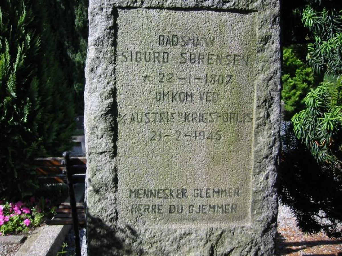Vanlig gravsted med gravsten på. H- 1,50, B 0,50, D 0,30. Omkranset av steinbord 1 x 2 m