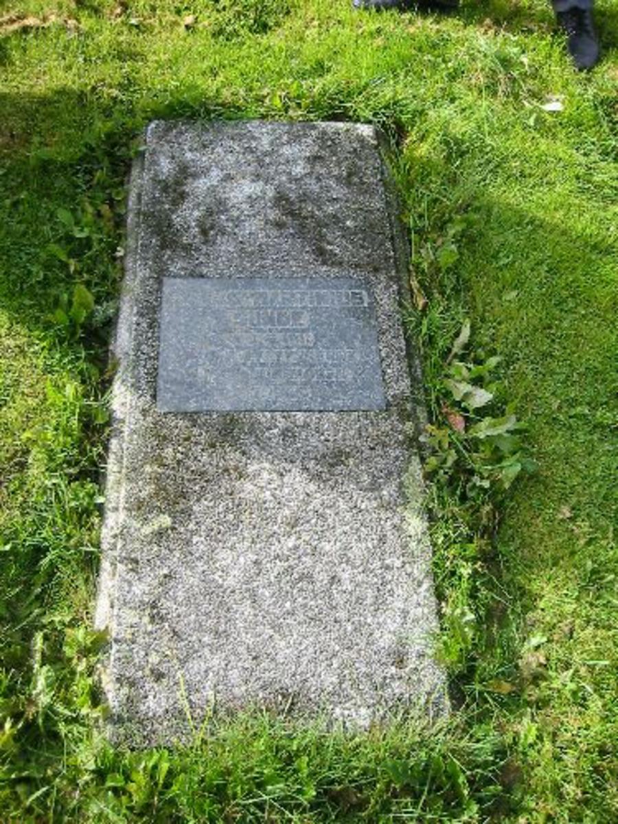 Familiegrav. Liggende gravstein med inskripsjon. 1,37 x 0,60.
