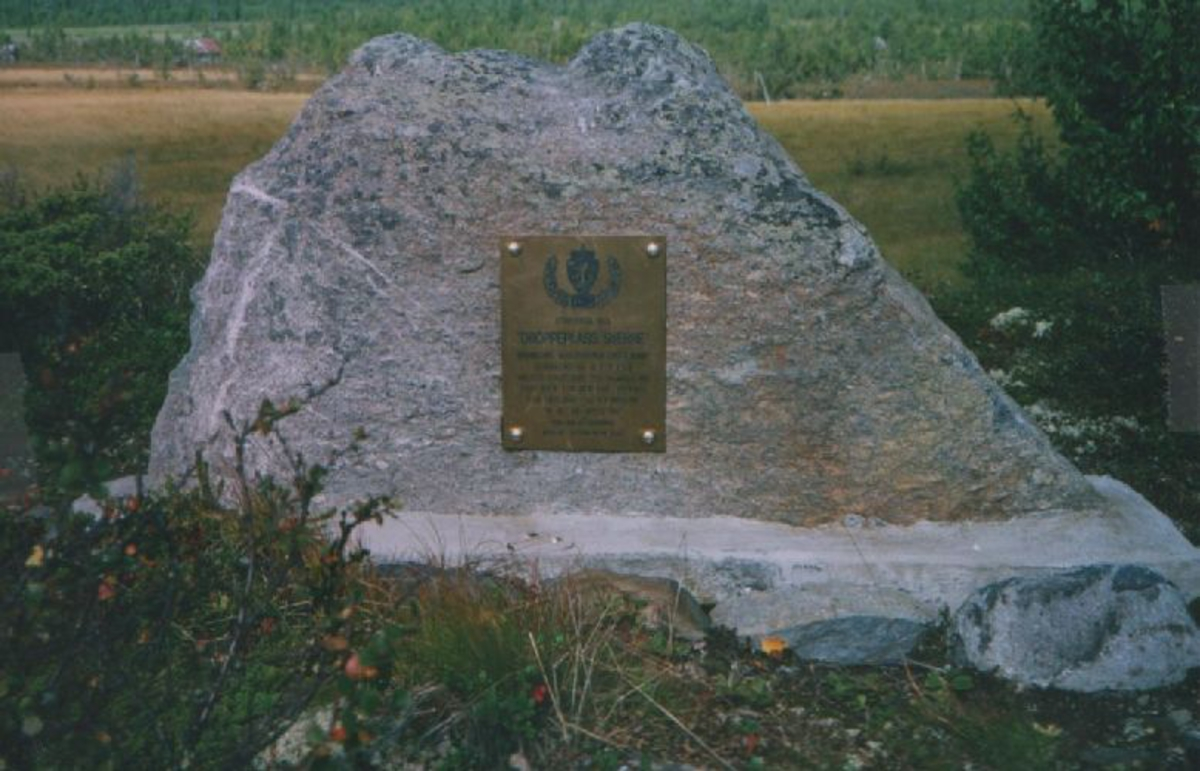 Messingplate montert på stor stein.