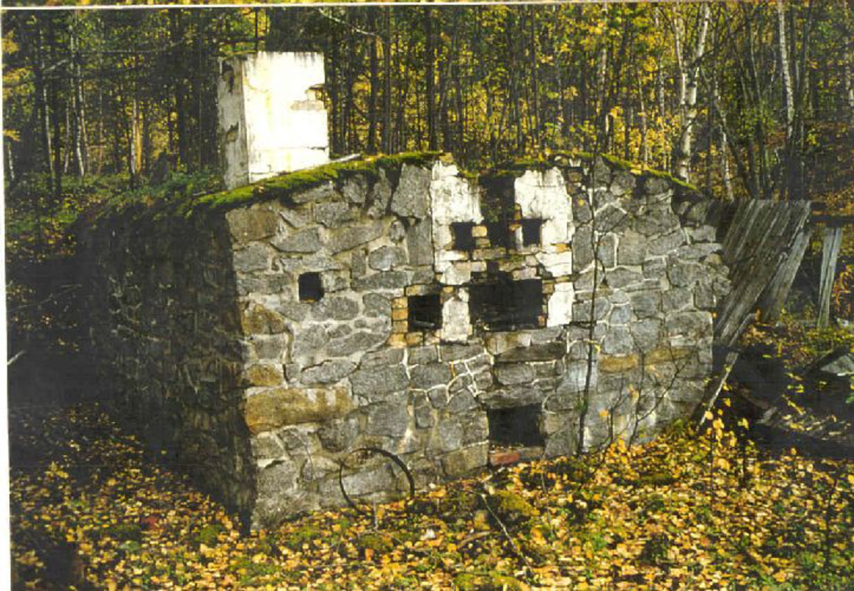 Større krigsfangeleir. Rester av bygninger, 14 brakkeovner, deler av bakeriet, vaktbrakke etc. Nordøst for leirområdet finnes rester et minnesmerke satt opp av fangene.