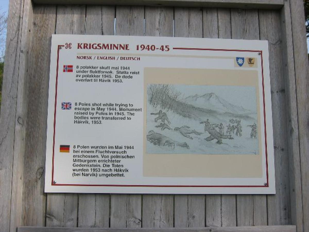 Blått skilt med tekst på norsk, finsk, engelsk, tysk og russisk.