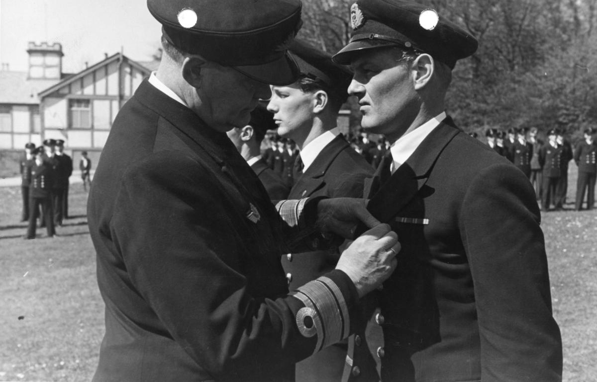 Admiral Riiser-Larsen (til venstre) dekorerer Camillo Halvorsen og Hans Engebrigtsen ved 330 skvadronens avdeling i Oban, Skottland, 1. mai 1943.