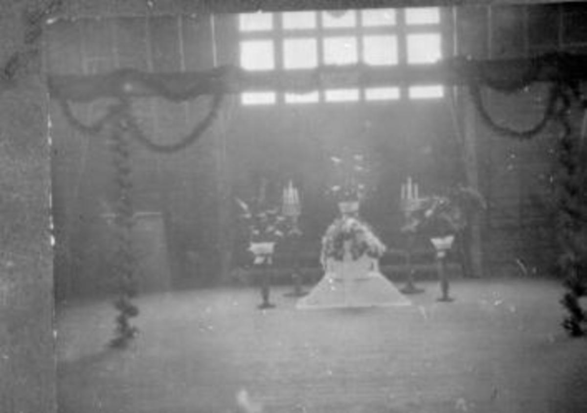 Pyntet båre i gymnastikksal på Toftes Gave, Nedre Sund, Helgøya.,