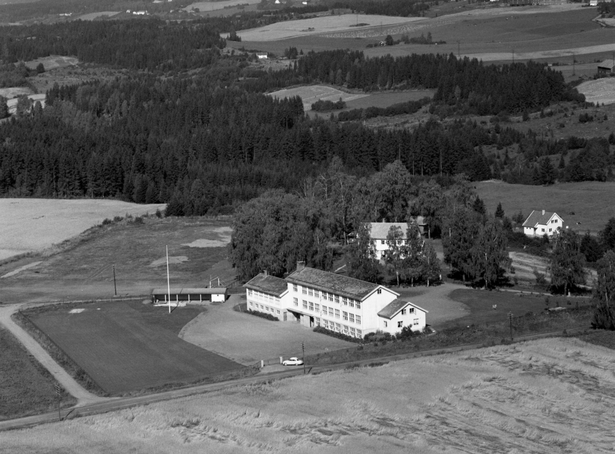 Flyfoto av Saugstad skole, Gaupen, Ringsaker.