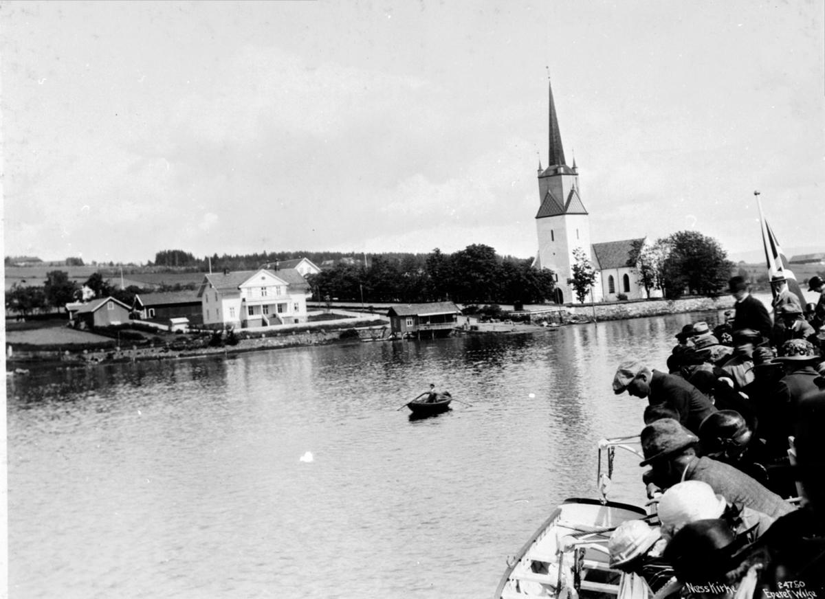 Reise med D.S. Skibladner på Mjøsa. Ved Nes kirke, på vei inn til Nes brygge. Mye folk. Tingnes, Hedmark.