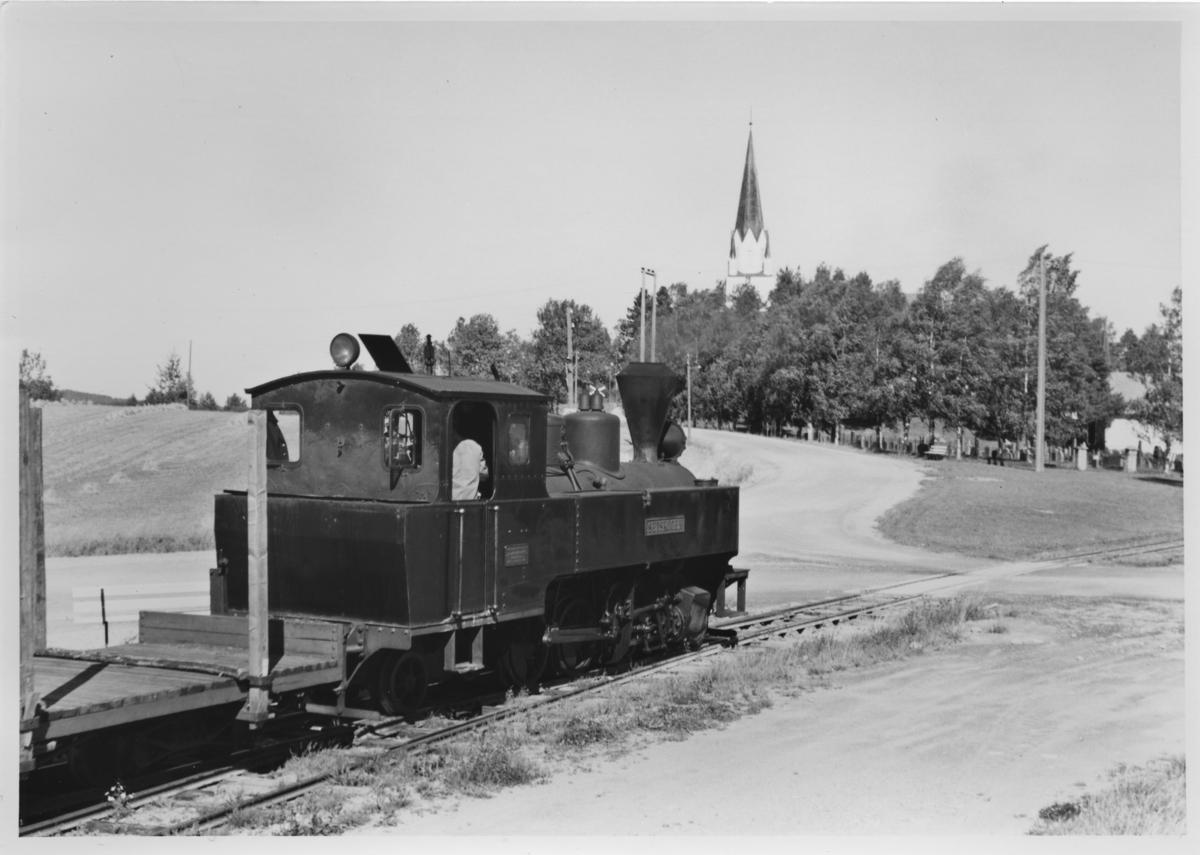 Lok 4 Setskogen med tog retning Sørumsand avventer avgang fra Løken stasjon.