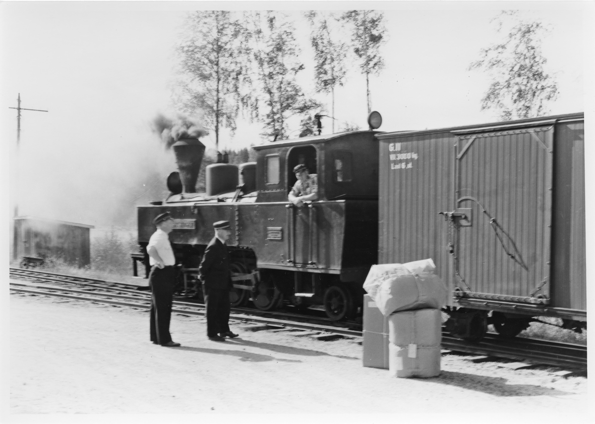Lok 4 Setskogen avventer avgang fra Hemnes stasjon med tog retning Skulerud. . Stykkgods og reisegods er losset fra toget.