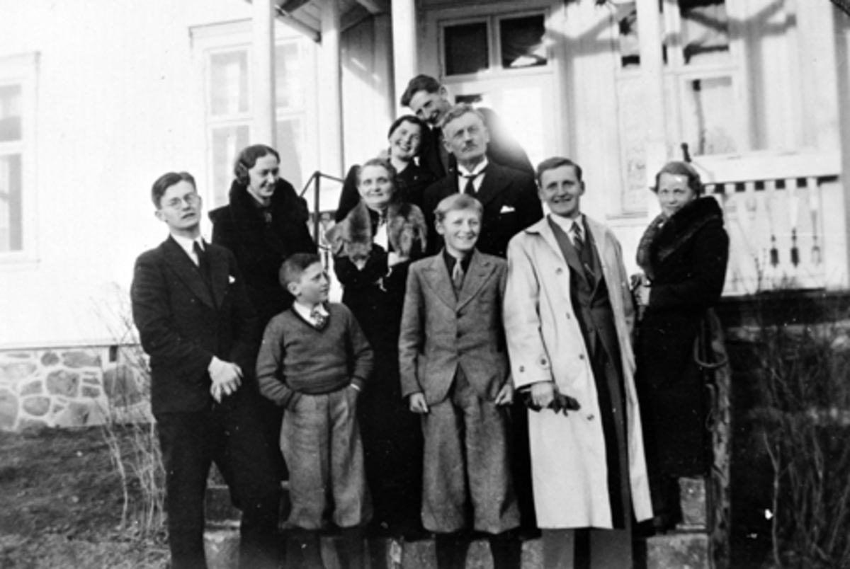 FAMILIEN VOLD FORAN LÆRERBOLIGEN PÅ KORSLUND SKOLE, FORAN F. V. ODD LEINE (FETTER), FINN, JOHN, ÅSTA (JOHNS KONE), 2 REKKE F. V SIGFRID, BERGLJOT, KORNELIA OLE BAK GUNNVOR LEINE (KUSINE) GIFT FINSTAD OG KÅRE, PÅ SLUTTEN AV 1930 ÅRENE.