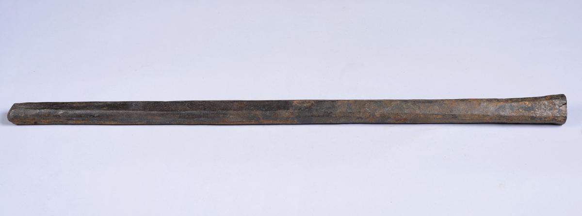 Avlangt kantete bor i jern. Noe spissere på ene enden. Gammelt håndborstål.