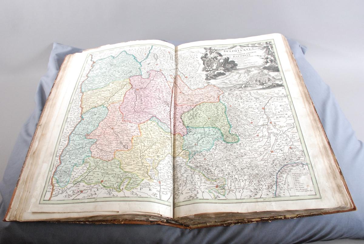 Privat innbundne kart, 63 nummererte + 2 løse, bl.a.: Johann Gabriel Doppelmayer: fra Atlas Coelestis (1730) Johann Baptist Homann: Europeiske landkart