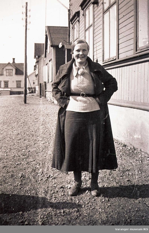 Ida Tuomainen på bytur. Ca 1950-tallet