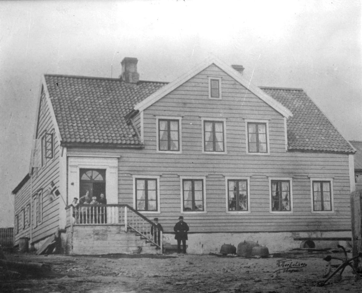 Esbensengården på Sletten før 1870. Flere mennesker står i trappen.