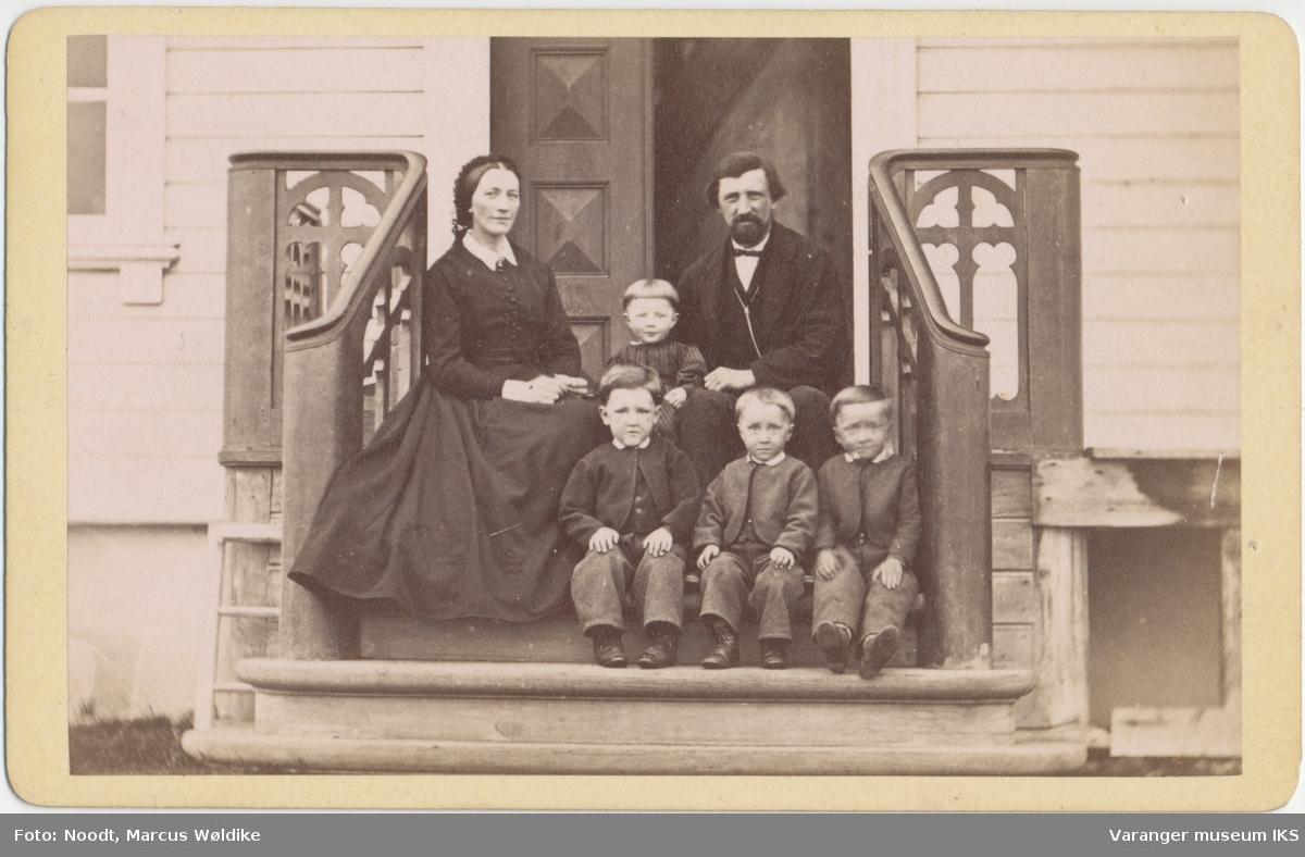 Gruppebilde, Otto Andreas Pleym og Jensine Pleym f. Brodtkorb med fire barn, på trappen av huset i Nyborg, ca. 1870