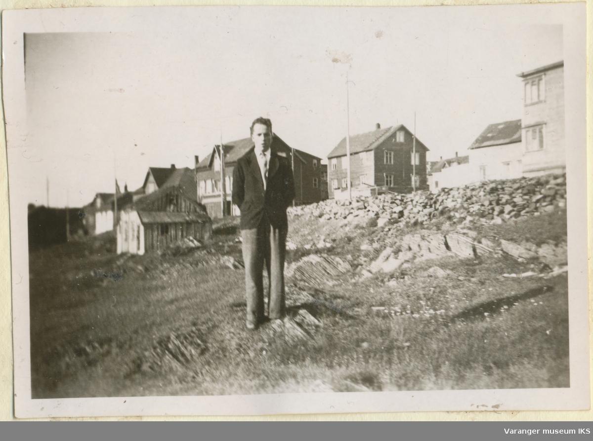 Ung mann i Østervågen, Kristian IVs gate i bakgrunnen