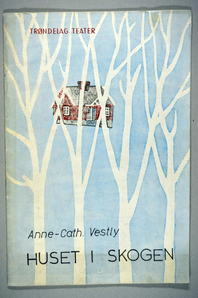 Hvite trestammer med et lite rødt hus i bakgrunnen.