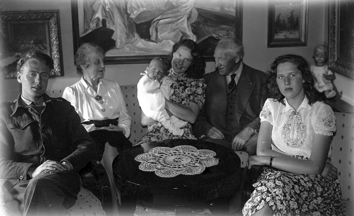 Familie rundt bord