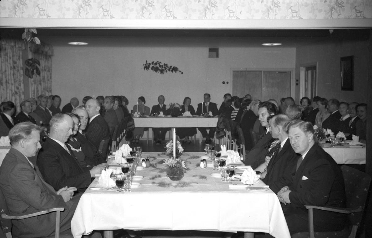 Mennesker ved bord