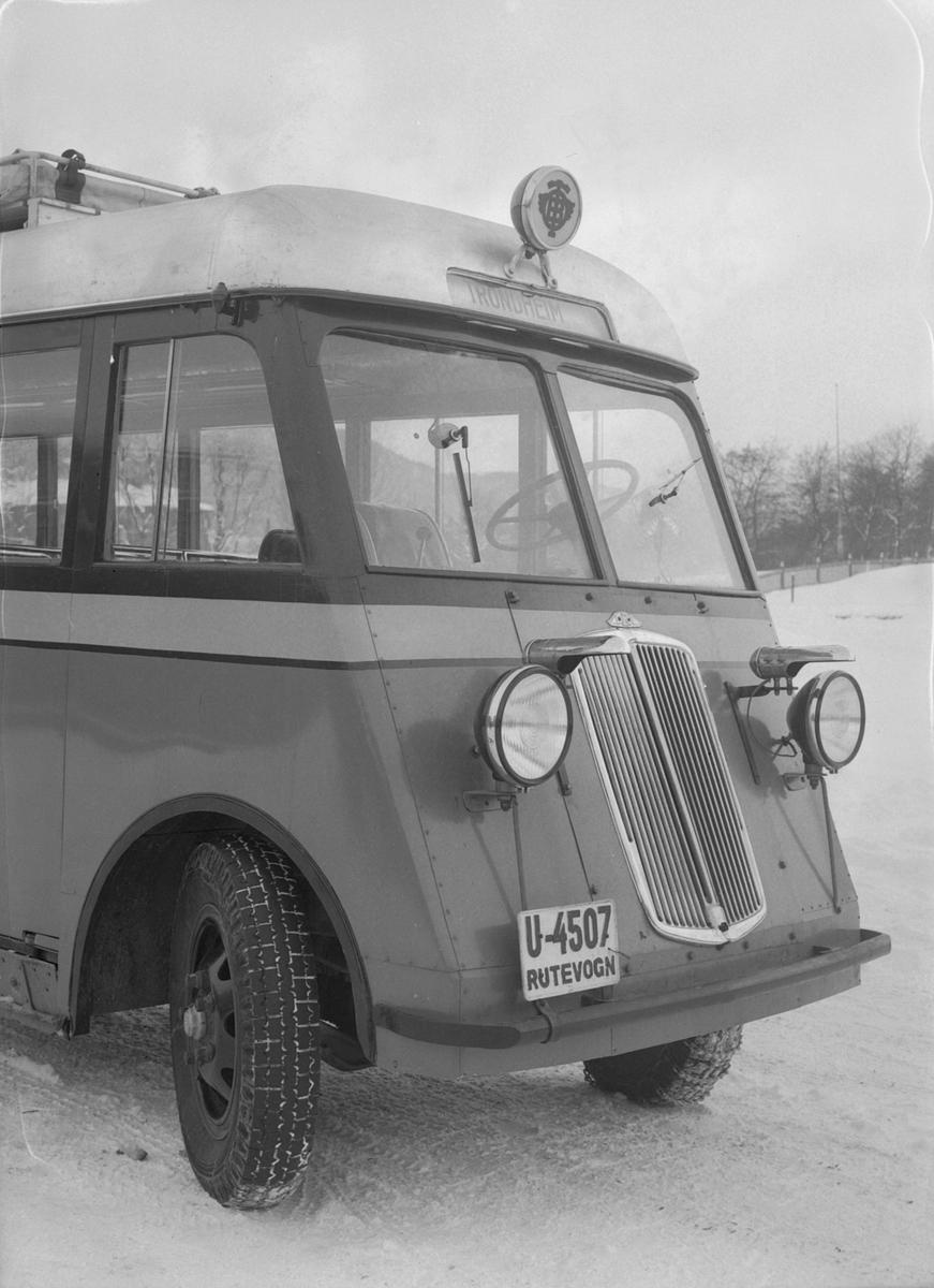 Buss fra Trondhjem - Orkladal Billag A/S med dekk fra Englebert Gummi A/S.