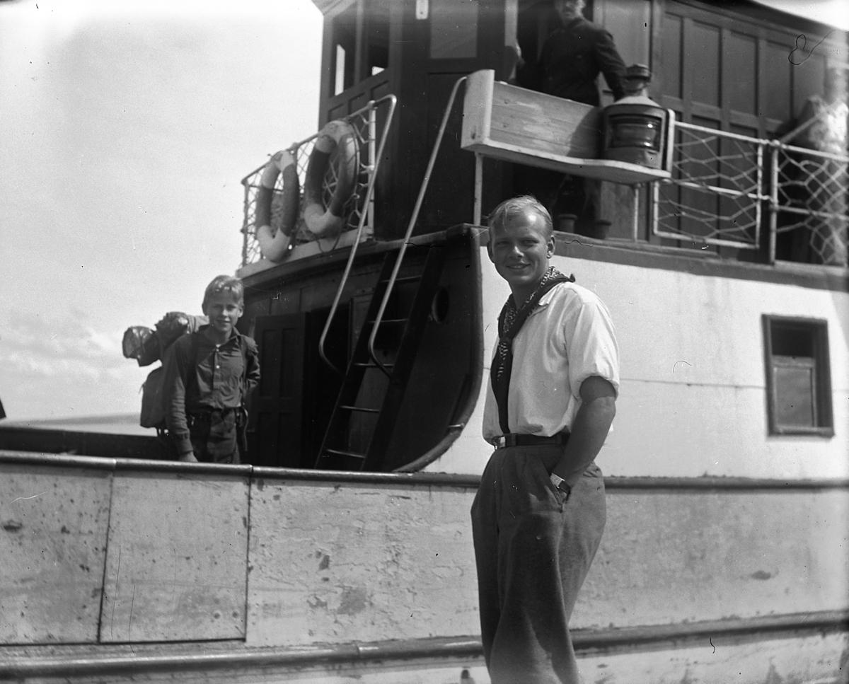 Mann på brygge foran båt. Wilhelm Dybwad. Mjøsbåt på Sundsbrygga, Helgøya.