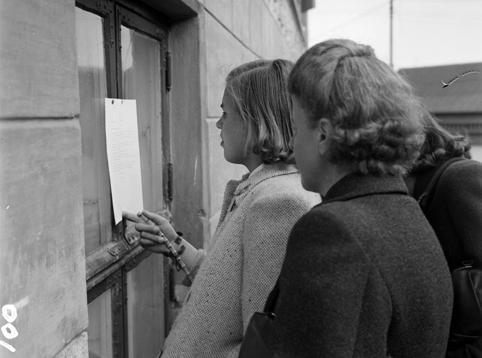 """FREDSDAGENE I HAMAR, MAI 1945, TO UKJENTE KVINNER LESER BEKJENTGJØRING, OPPSLAG. """"Fylkesføreren truer med blodsutgydelse""""."""