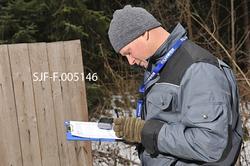 Tømrer Knut-Arild Nordli fyller ut et evalueringsskjema på e