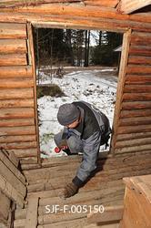 Tømrer Knut-Arild Nordli undersøker en skogsstall fra Sørsko
